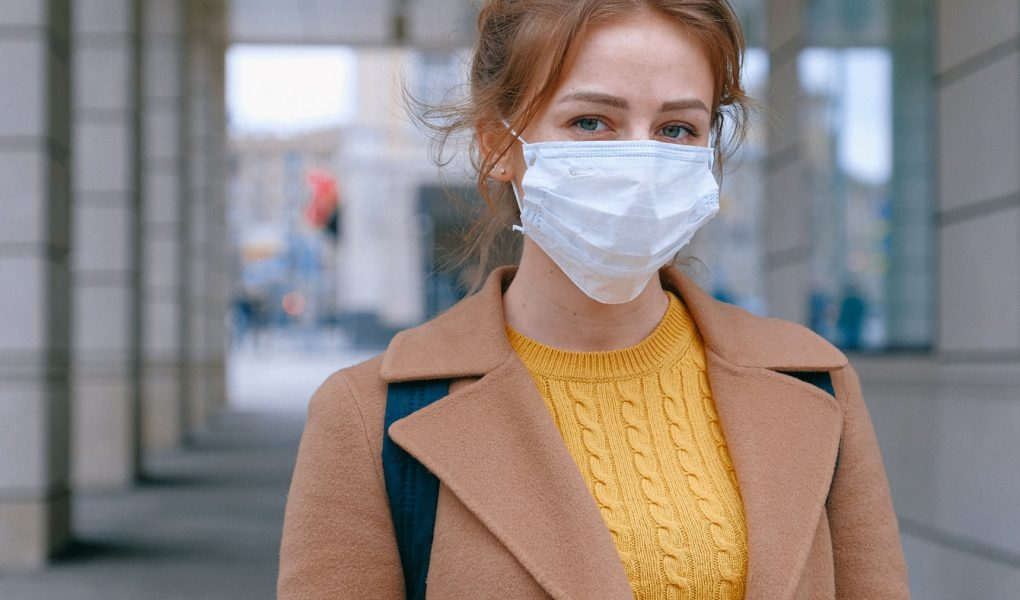 žena nosí ochranné tvárové rúško