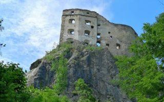 Pohľad na zrúcaninu hradu Likava v Likavke z prístupovej cesty