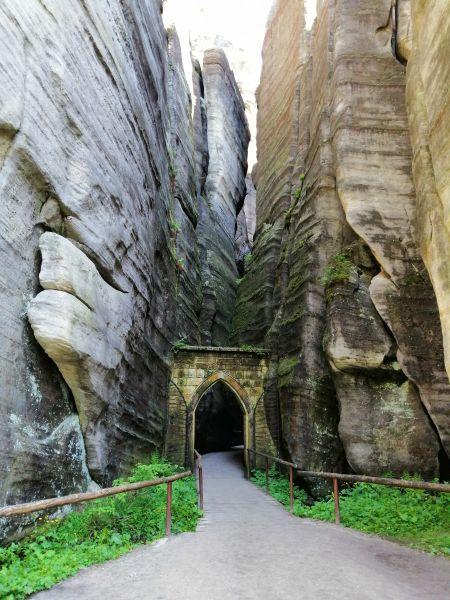 Gotická brána slúži na vstup do skalného mesta