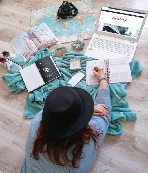 flatlay travel travelfansk dievča s mapou a notebookom