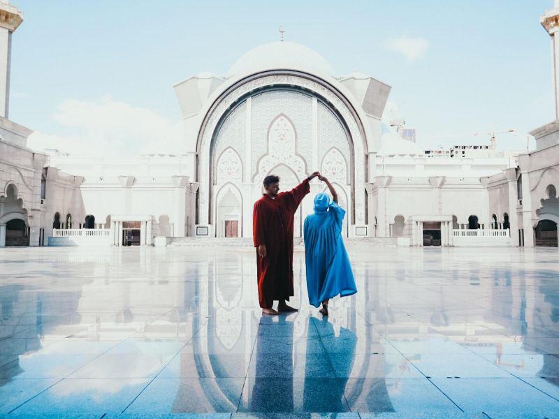 mladý pár v mešite
