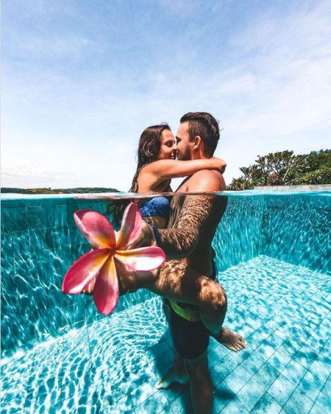 zamilovaná dvojica v raji v bazene interview s Why we Travel