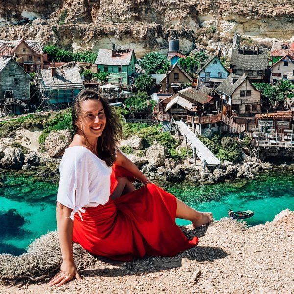 rozhovor s Jankou Travelhacker, žena v červených šatách na útese
