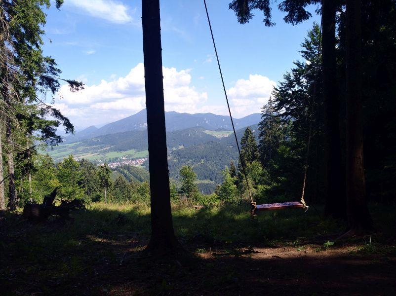 Hojdačka v Komjatnej v výhľadom na hory