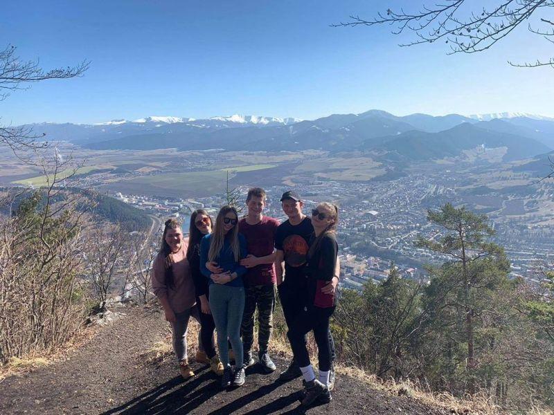 mladí ľudia, čo vymysleli hojdačku v Komjatnej s výhľadom na hory