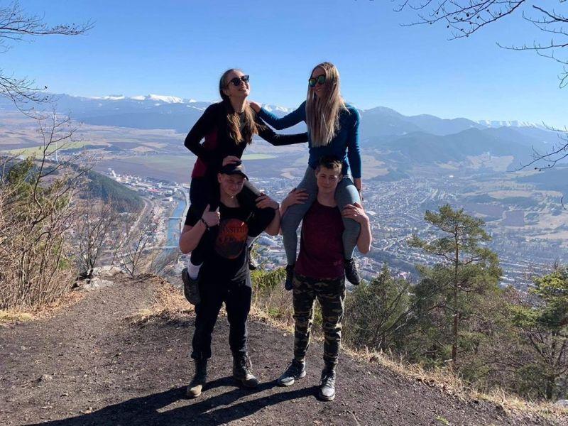 Autori hojdačky lásky v Komjatnej , zamilované mladé páry s výhľadom na hory páry
